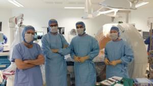 En image : une partie de l'équipe : Pr Gabrion (Chirurgien orthopédiste), Dr Lefranc (Neurochirurgien) et le Dr Bonnaire (Radiologue), accompagnés de Mathilde PONCHEL (Infirmière de bloc opératoire IBODE).