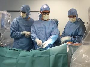 CHU-Amiens-Picardie_Premiere-Mondiale-Chirurgie-Scoliose-Grave-Simulation-3-chirurgiens-avant-incision-28 sept17